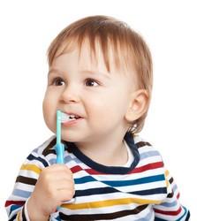 Baby putzt Zähne