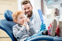 Zahnarzt mit Kleinkind
