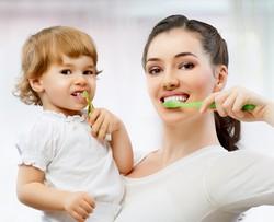 gemeinsame Zahnpflege Mama Kind