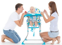 Eltern und Baby mit Hochstuhl