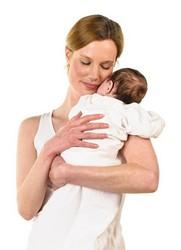 Baby im Entwicklungsschub kuschelt mit Mama