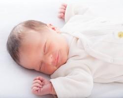 Baby schläft im Schlafsack