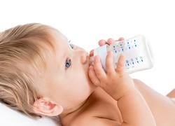 Abgepumpte Muttermilch am besten mit der Babyflasche füttern