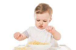Das Baby isst nun Familienkost