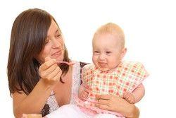 Das Baby mit dem ersten Brei vertraut machen