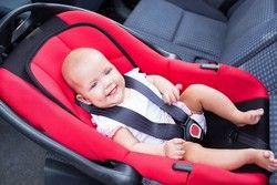 Baby liebt die Babyschale - bequem und sicher