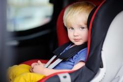 Kind im Kindersitz angegurtet