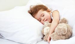 Kleinkind beim Schlafen - mag immer noch die Einschlafhilfe