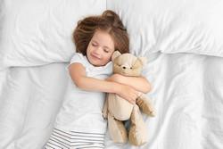 Sicherer Schlaf im Kinderbett