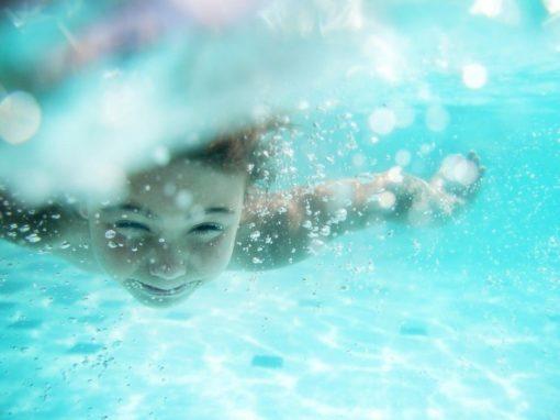 Schwimmen lernen Kinder - Techniken und Behelfe